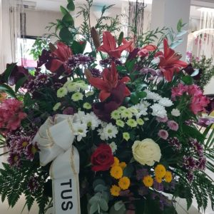 Centro funerario con variedad de flores