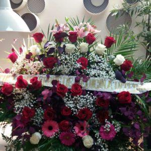 Centro funerario con Rosas rojas y blancas, gerberas rosas