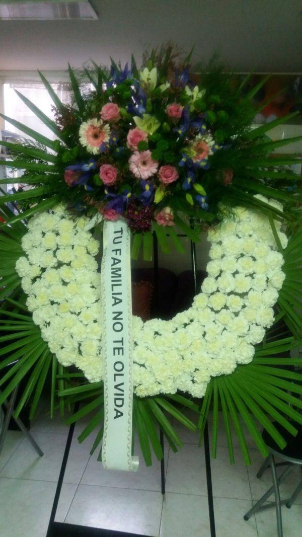 Corona Funeraria de Rosas Blancas y centro de Gerberas