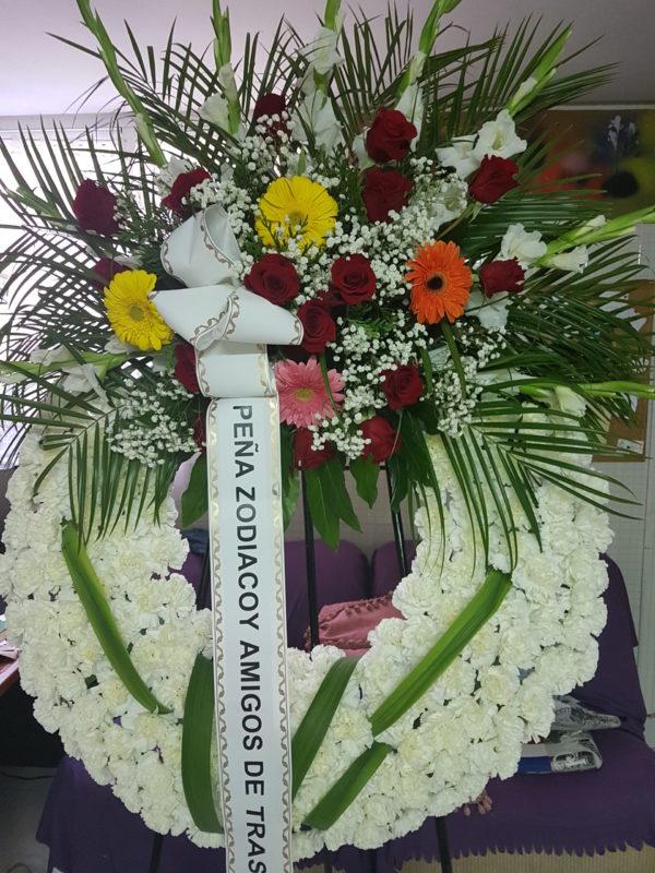 Corona Funeraria de Claveles con centro de Rosas y Gerberas