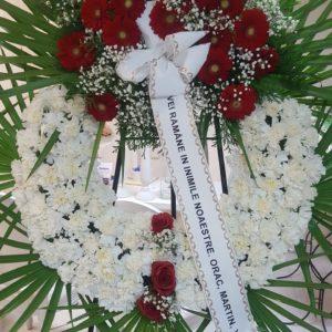 Corona Funeraria de Claveles Blancos y centro de Rosas