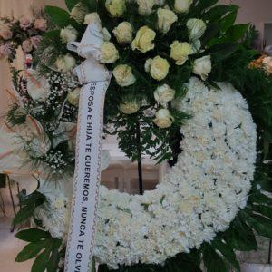 Corona Funeraria Claveles Blancos y Rosas Blancas